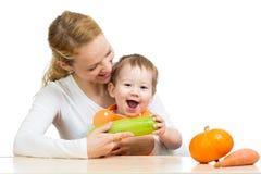 Μητέρα με το μωρό στον πίνακα. Κολοκύθια εκμετάλλευσης αγοριών Στοκ Εικόνες