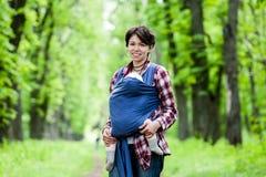 Μητέρα με το μωρό της στη σφεντόνα Στοκ φωτογραφίες με δικαίωμα ελεύθερης χρήσης