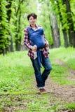 Μητέρα με το μωρό της στη σφεντόνα Στοκ εικόνες με δικαίωμα ελεύθερης χρήσης
