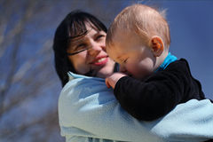 Μητέρα με το μωρό υπαίθρια Στοκ Φωτογραφία