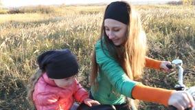Μητέρα με το παιδί και το ποδήλατο απόθεμα βίντεο