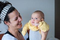 Μητέρα με το παιδί στα ίχνη όπλων της ακριβώς Στοκ Εικόνες