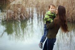 Μητέρα με το παιδί υπαίθριο Στοκ Εικόνα