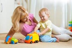 Μητέρα με το παιδί playng μαζί στο σπίτι Στοκ φωτογραφία με δικαίωμα ελεύθερης χρήσης