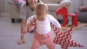 Μητέρα με το φέρνοντας μαξιλάρι μορφής αστεριών κοριτσάκι απόθεμα βίντεο