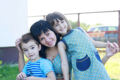 Μητέρα με το χαμόγελο κορών γιων της στοκ φωτογραφίες