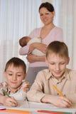 Μητέρα με τρία παιδιά Στοκ Φωτογραφίες