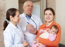 Μητέρα με τρεις μήνες μωρών και γιατροί Στοκ φωτογραφίες με δικαίωμα ελεύθερης χρήσης