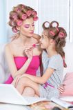Μητέρα με χαριτωμένο να κάνει κορών makeup Στοκ Φωτογραφία