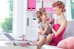 Μητέρα με χαριτωμένο να κάνει κορών makeup Στοκ Εικόνα