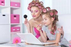 Μητέρα με χαριτωμένο να κάνει κορών makeup Στοκ φωτογραφίες με δικαίωμα ελεύθερης χρήσης