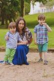 Μητέρα με δύο γιους υπαίθριους στοκ εικόνα