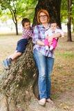 Μητέρα με δύο παιδιά Στοκ φωτογραφία με δικαίωμα ελεύθερης χρήσης