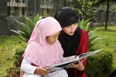 μητέρα μουσουλμάνος παιδιών στοκ εικόνες