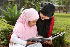 μητέρα μουσουλμάνος παιδιών στοκ εικόνα