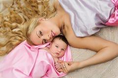 μητέρα μωρών νεογέννητη στοκ φωτογραφίες με δικαίωμα ελεύθερης χρήσης