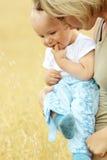 μητέρα μωρών υπαίθρια μικρή Στοκ Φωτογραφίες