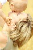 μητέρα μωρών υπαίθρια μικρή Στοκ Φωτογραφία