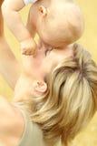 μητέρα μωρών υπαίθρια μικρή Στοκ φωτογραφίες με δικαίωμα ελεύθερης χρήσης