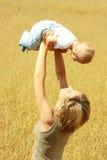 μητέρα μωρών υπαίθρια μικρή Στοκ Εικόνα