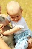 μητέρα μωρών υπαίθρια μικρή Στοκ εικόνες με δικαίωμα ελεύθερης χρήσης