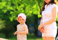 μητέρα μωρών υπαίθρια Στοκ εικόνες με δικαίωμα ελεύθερης χρήσης