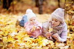 μητέρα μωρών υπαίθρια Στοκ φωτογραφίες με δικαίωμα ελεύθερης χρήσης