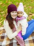 μητέρα μωρών υπαίθρια Στοκ Φωτογραφίες