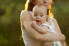 μητέρα μωρών υπαίθρια Στοκ Φωτογραφία
