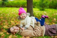 μητέρα μωρών υπαίθρια Στοκ Εικόνα