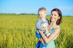 μητέρα μωρών υπαίθρια Στοκ εικόνα με δικαίωμα ελεύθερης χρήσης