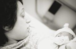 μητέρα νεογέννητη Στοκ φωτογραφία με δικαίωμα ελεύθερης χρήσης