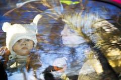μητέρα παιδιών αυτοκινήτων Στοκ φωτογραφία με δικαίωμα ελεύθερης χρήσης