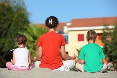 μητέρα παιδιών πλατών που γ&upsil Στοκ Εικόνες