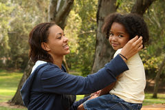 μητέρα παιδιών αφροαμερικά& Στοκ φωτογραφία με δικαίωμα ελεύθερης χρήσης