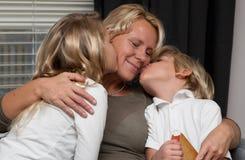 μητέρα παιδιών που διαβάζε& Στοκ Φωτογραφίες
