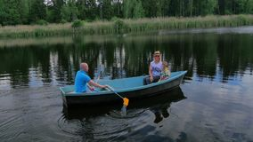 Μητέρα, πατέρας και λίγος γιος που επιπλέουν στη βάρκα στη λίμνη απόθεμα βίντεο