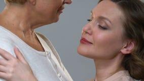 Μητέρα που αγκαλιάζει την αγαπώντας κόρη, γονική υποστήριξη στις δυσκολίες ζωής, εμπιστοσύνη απόθεμα βίντεο