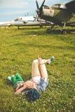 Μητέρα που αγκαλιάζει το αεροπλάνο μωρών έξω από το καλοκαίρι εποχής στοκ φωτογραφίες