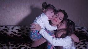 Μητέρα που αγκαλιάζει τα παιδιά απόθεμα βίντεο