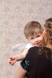 Μητέρα που αγκαλιάζει την λίγος άγγελος γιων Στοκ φωτογραφία με δικαίωμα ελεύθερης χρήσης