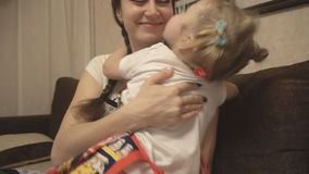 Μητέρα που αγκαλιάζει την κόρη της στην ποδιά φιλμ μικρού μήκους