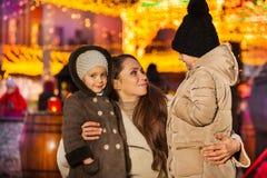 Μητέρα που αγκαλιάζει δύο όμορφες κόρες της στοκ εικόνες