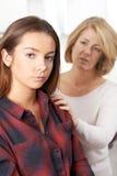 Μητέρα που ανησυχείται για το δυστυχισμένο έφηβη κόρη στοκ φωτογραφία με δικαίωμα ελεύθερης χρήσης