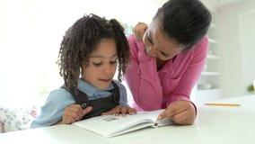 Μητέρα που βοηθά την κόρη με την εργασία απόθεμα βίντεο