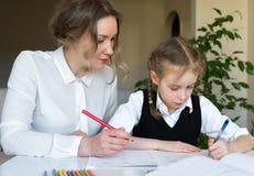 Μητέρα που βοηθά την κόρη με την εργασία Στοκ φωτογραφία με δικαίωμα ελεύθερης χρήσης