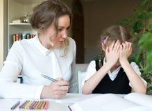 Μητέρα που βοηθά την κόρη με την εργασία Στοκ φωτογραφίες με δικαίωμα ελεύθερης χρήσης