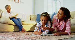 Μητέρα που βοηθά την κόρη της με το σχέδιο στο καθιστικό 4k απόθεμα βίντεο