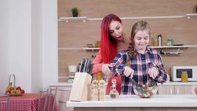 Μητέρα που βοηθά τη σαλάτα μιγμάτων κορών της φιλμ μικρού μήκους