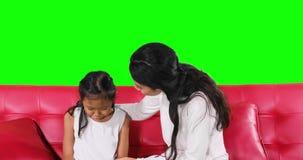 Μητέρα που δίνει τις συμβουλές στην ένοχη κόρη της απόθεμα βίντεο